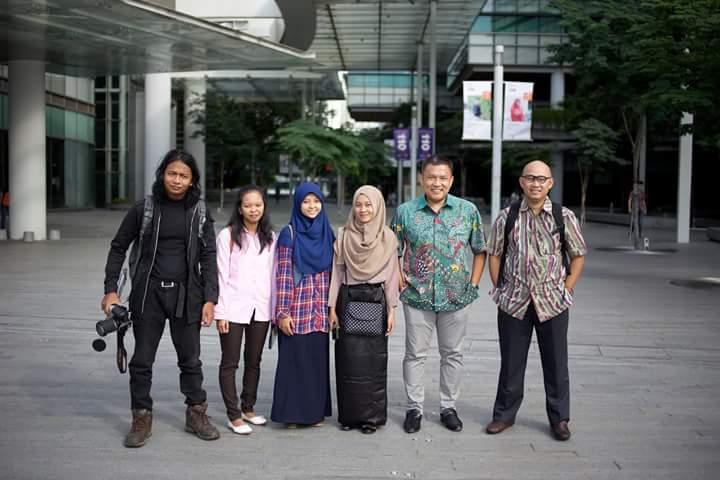 Jalal, Sayyidatik, Yuli, Mira - penerima beasiswa Indonesia Bright- berpose bersama pengurus Indonesia Bright Ibrahim Senen dan Ubaidillah Nugraha dalam study visit ke Singapore.